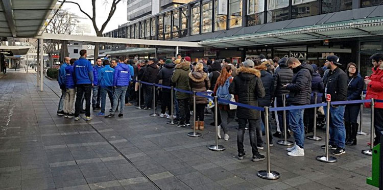 how peoples are waiting in queue to get these galaxy series smartphones in Netherland